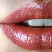 淫らなく唇